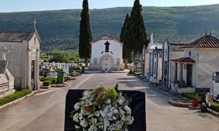 Junta de Mira de Aire coloca coroa na entrada do cemitério
