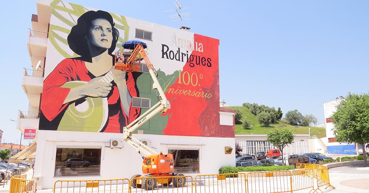 Porto de Mós embelezado por mural de homenagem a Amália Rodrigues