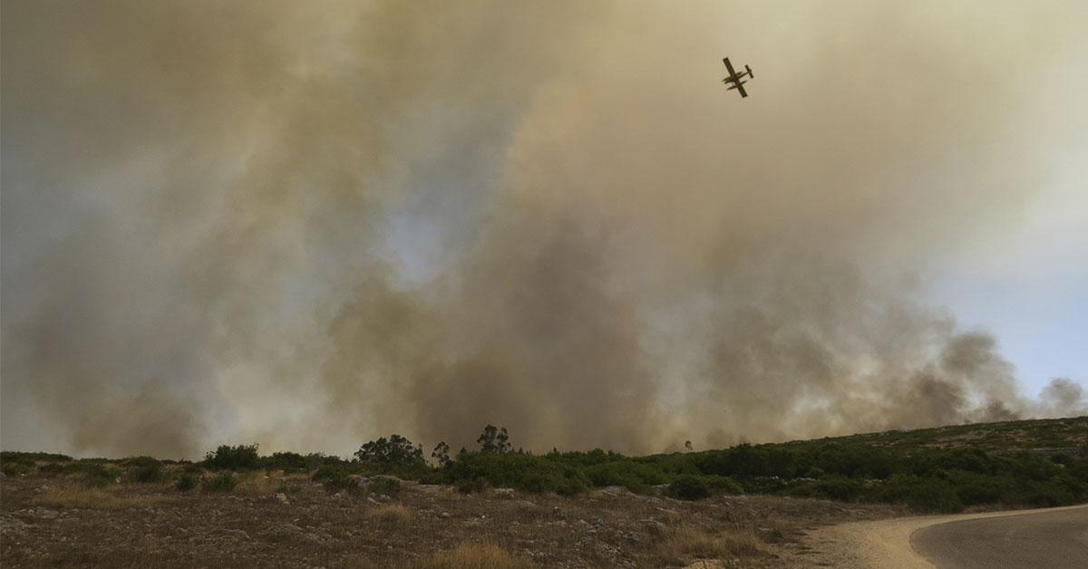 Bombeiros controlam incêndio no planalto da Marinha da Mendiga