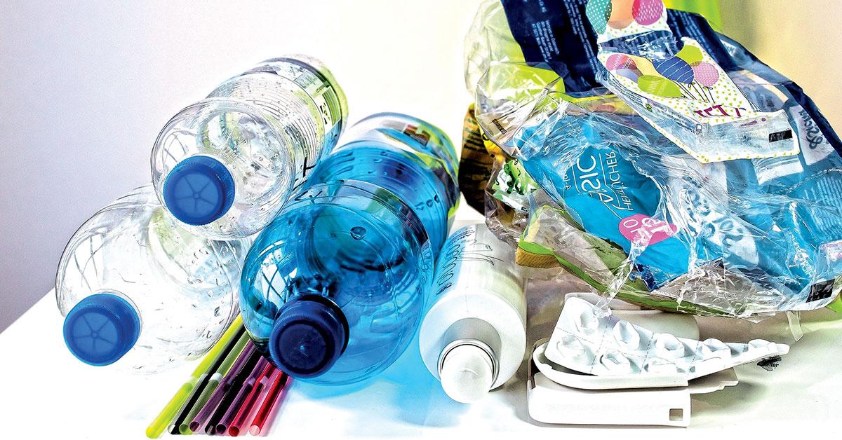 Plástico ganha nova vida em unidade de reciclagem criativa no FabLab