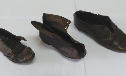 Obras de recuperação de casa em Alcaria revelam sapatos de finais do século XIX
